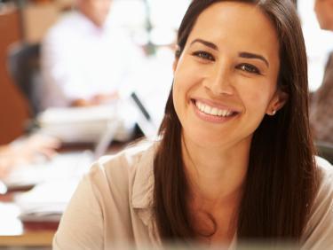 Lächelnde Frau im Büro