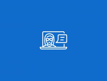 Frau auf Laptop-Bildschirm mit Sprechblase (Icon)